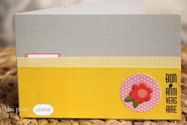 aba_com16_carte_sacha_celeste_fleur_jaune_gris